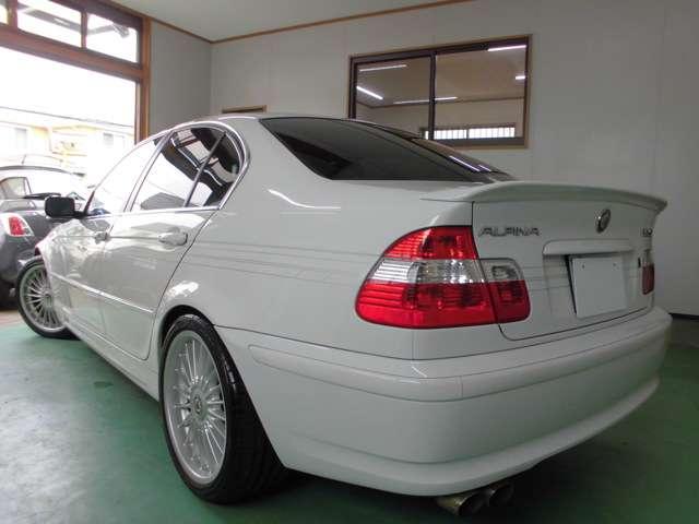 多数のアルピナ専用パーツを身にまとって、BMWとは明らかに違う雰囲気をもちながらも、派手すぎず紳士的な雰囲気がございます。