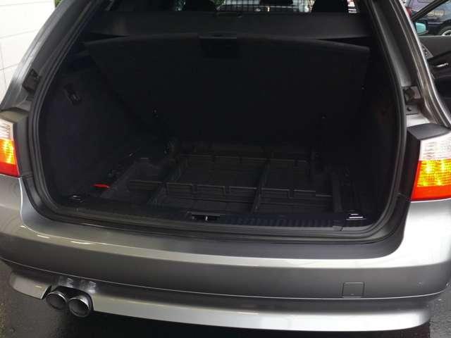 荷室下には、小物収納ケースが、そしてダンパー付きの蓋(荷室下板)が便利です。