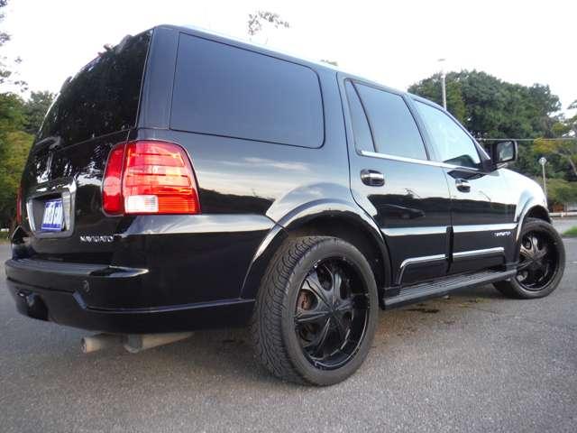 ブラックのボディと社外22インチアルミのブラックが精悍な印象。実際のドライブ時の取り回しにはあまり苦労しないがボディサイズ、長さ523cm 幅204cm 高さ198cmと、大型車。車庫の大きさにはご注意を(笑)