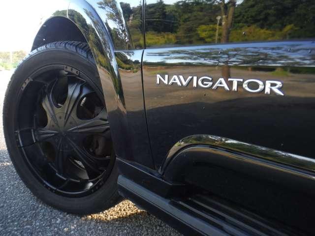 社外22インチブラックアルミに「NAVIGATOR」のエンブレムが似合うねぇ(笑)タイヤは「YOKOHAMA製」305/40-22 前後~7分山程度。ブラックのアルミのせいか?そんなに「お下品」ではないと思います。