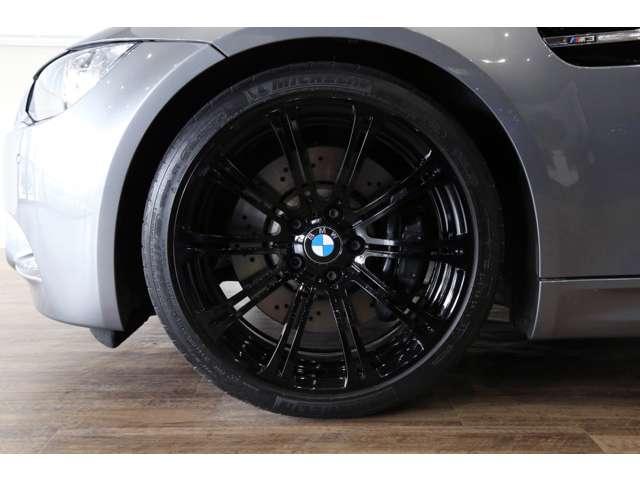 M3専用純正オプションの19インチブラックアルミホイールは、目立つヨゴレや歪みもなく良い状態です!!