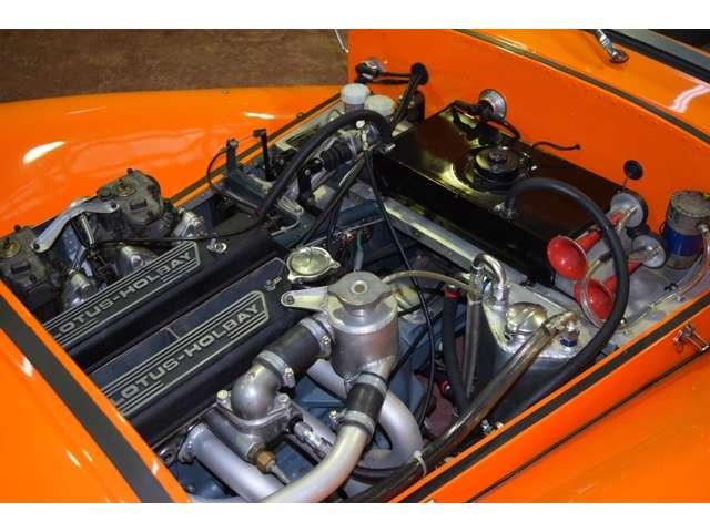 潤滑はドライサンプ、冷却はツインのラジエターファンを用いて真夏でもオーバーヒートの兆候はありません。