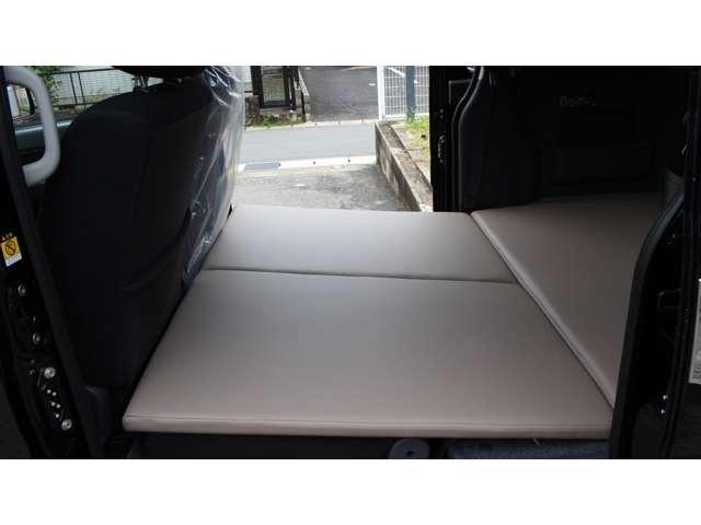 セカンドシート上部マット(メーカーオプション2分割仕様)4人乗車時に大変便利で収納も可能・その他オプション多数装備しております。