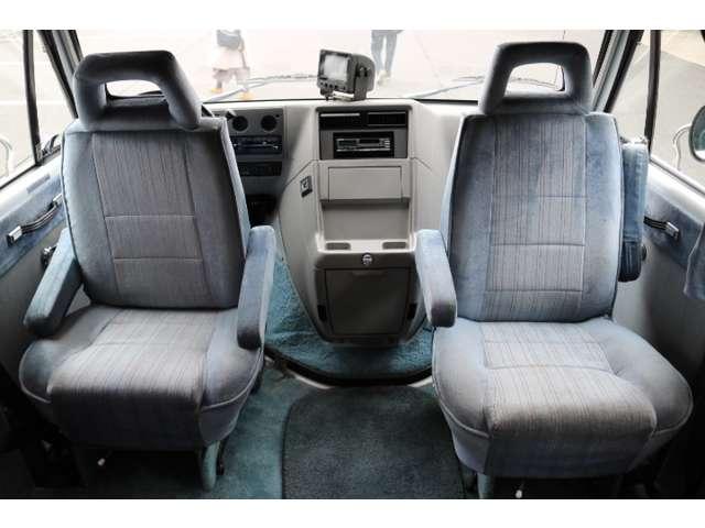 運転席・助手席は回転し対面にもなります☆