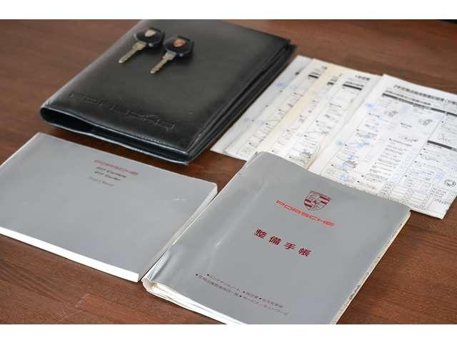 取扱説明書、新車時保証書、スペアキー、レザーブックケースがあります。