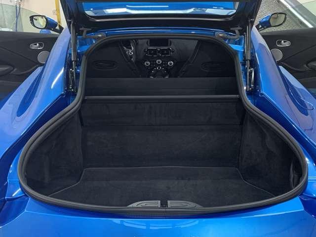 フロントの低い位置に搭載されたエンジンやリアに変速機を置くトランスアクスルレイアウトなど「ヴァンテージ」はFR車としての理想を突き詰めたモデル◎高いトラクション性能は●●速度314km/hをもたらす!