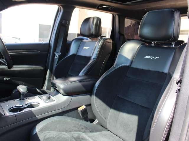 SRT8専用 ナッパレザー&スウェードのコンビシート。ホールド性に優れたバケットシート。乗り心地は硬めで、まさしくスポーツモデルに相応しいテイストとなっております。