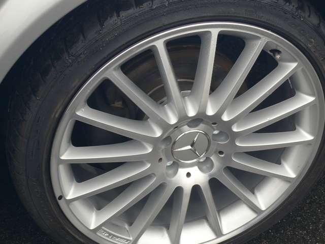 AMG19インチホイールにGoodYear製新品タイヤを組み込み取り付けています。ホイールの間からブレーキパッドのゴールドがちらりと覗きます。