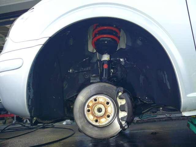 フロントタイヤを取り外した状態です。H&Rの赤いスプリングが目を引きます。ゴールドのDIXSELパットは残量も十分で、せっかくのAMGホイールを汚しません。ホイールの当たり面はこの後、錆除去耐熱塗装しました