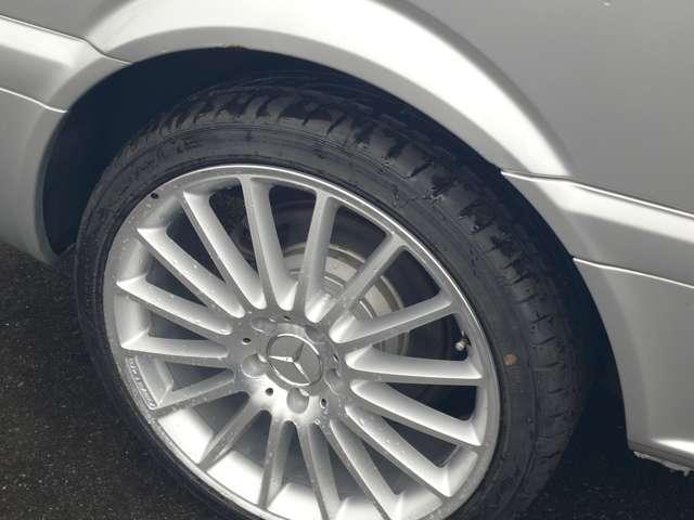 リア側のタイヤ画像です。タイヤが国産新品ですと安心してお使いいただけますよね。問題は価格で、今回のこの車両にかかった費用は30万円を軽く超えます。