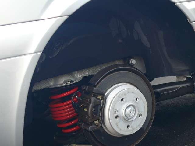 リアのタイヤを取り外した状態です。下回りの錆などは気になる個所はありません。パットの残量は充分あります。今回ブレーキオイルなども交換してあります。