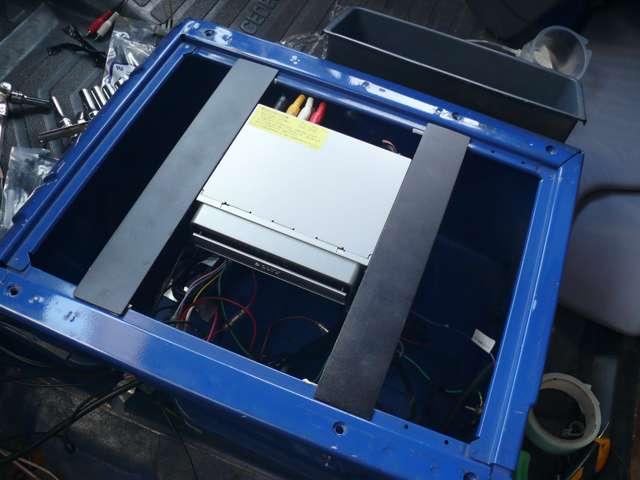 助手席シート下に固定。外部入力もありましたので、RCAピンも長いものを差し込んであります。DVDやTVの入力にも使用できます。
