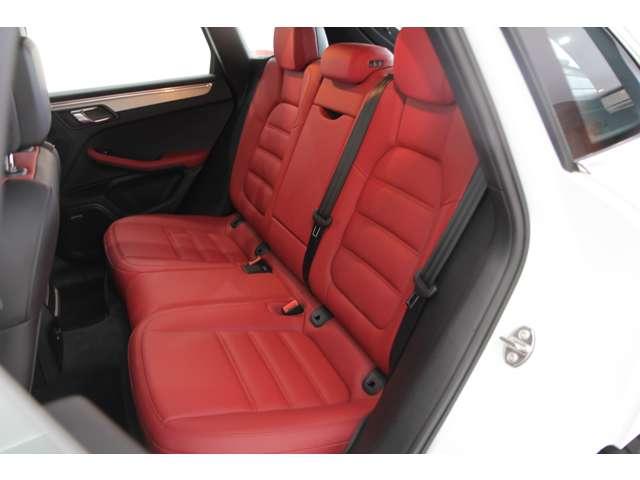 後部座席の使用感はなくシートの状態も良好です。