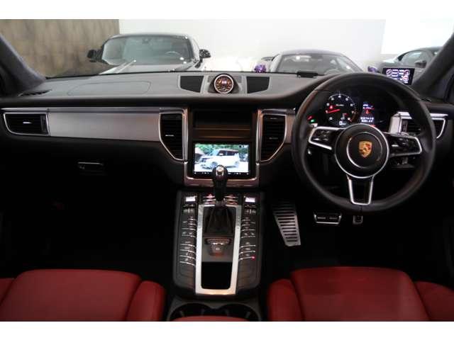内装はフルレザーシートでシートヒーター・クーラー完備の車両です。