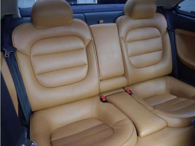 上質な本革に、硬さとコシのある座り心地とクッション性が何とも言えない快適さ。