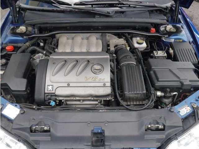 整備の行き届いたエンジンルーム。低速からたっぷりとしたトルクを発生する扱いやすいV6のツインカムエンジンは、スムーズに吹け上がり、上質で気持ちの良いエンジンフィールを奏でます。