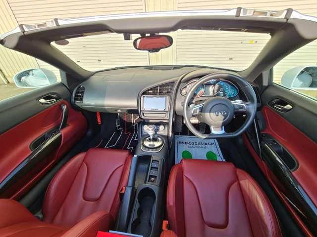 正規ディーラー車、右ハンドル。ブラックの引き締まった内装に映える赤の本革シートは大衆の目線を釘付けに☆