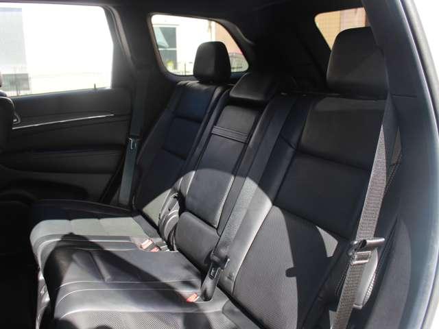 リミテッドグレード以上には、セカンドシートにもシートヒーターが標準装備されております。日本全国どこへでも納車可能です。遠方の方でもお問い合わせ下さい。
