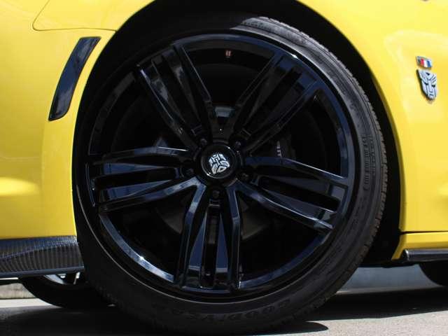 タイヤサイズは前後ともに245/40R20。フロントには320mmのディスクローターを備えたブレンボ製のブレーキシステムが装備されております。