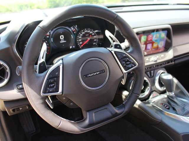 カラーヘッドアップディスプレイ搭載。速度やエンジン回転数、オーディオなどの情報を、フルカラーでフロントウインドウに表示。運転中に最小限の視線移動で必要な情報が確認可能です。