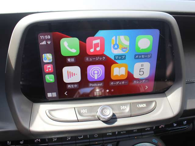 「Apple CarPlay」と 「Android Auto」に対応しており、お使いのスマートフォンを車につなぐと、電話、メッセージの送受信、ミュージック、ナビゲーションといった機能をタッチスクリーン上で操れます。