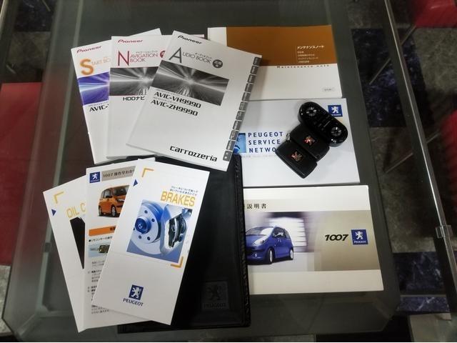 新車保証書や記録簿や各・取扱説明書もございますよ!ナビのリモコンや純正キーレスです!!