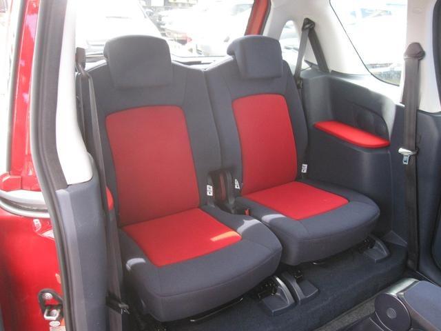 前席同様に非常に綺麗な後席・希少な・・・レッド&ブラックシートになります。