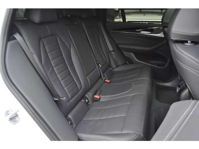 クーペスタイルのスタイリッシュなSUVですが、後部座席の空間はしっかりと確保されています。