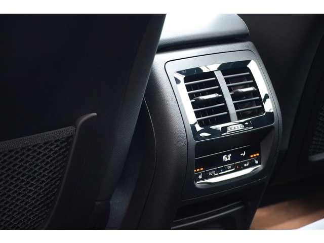 後部座席も独立してエアコンが操作できます。シートヒーターも装備されています。