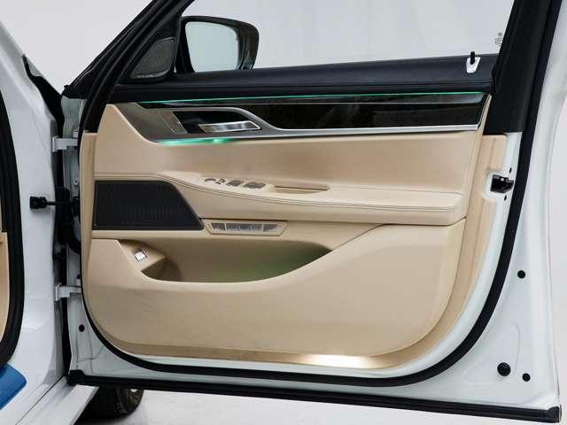 インテリアは大人の落ち着きを感じるベージュのレザーやウッドパネルが採用されるなど、BMWのフラッグシップカーらしい上質な空間となっています。