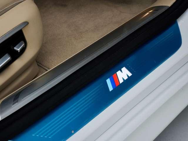 サイドシルはMスポーツのロゴ入りです。