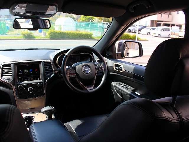 木目調インストルメントパネル・ドアパネルが装備されております。フロント8ウェイパワーシート(運転席)になります。
