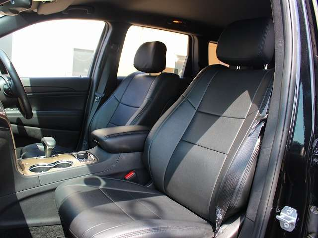 フロントシート。革調シートカバーが、より高級感を演出しております。