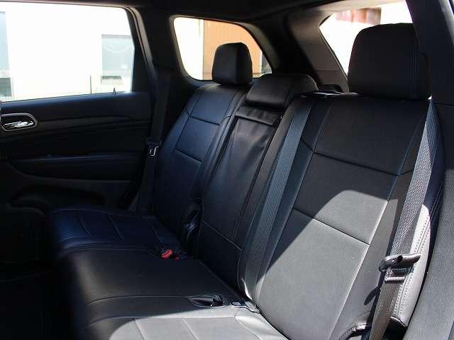 セカンドシート。革調シートカバーをカスタマイズしております。使用感も少なくキレイな状態を保っております。