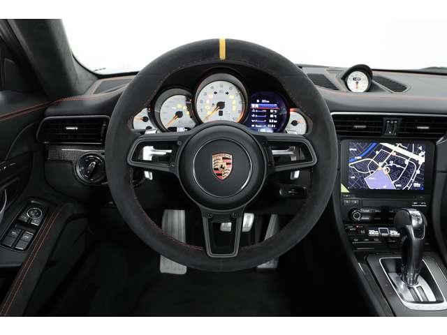 ドライバーに重要な情報を瞬時にかつ正確に提供する5連丸型メータが備わります。