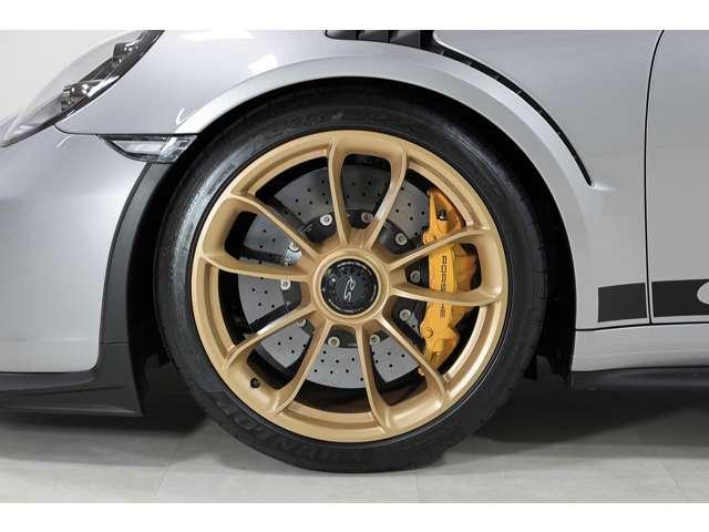 純正GT3RSホイールにイエローブレーキキャリパーが足元を飾ります。