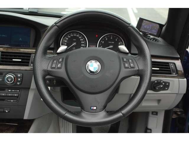 Mスポーツ専用ステアリング。パドルシフトも装着されており、BMW本来の走りをお楽しみ頂けます