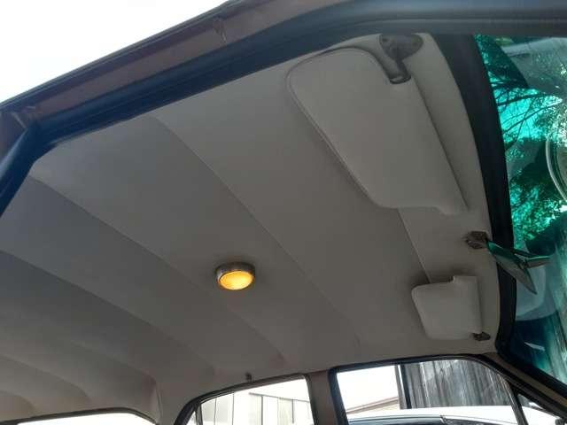 吊り天井も新車と同じように再現して張り替えています。