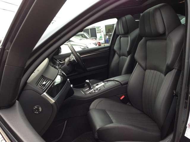 高級車ならではのホールド感のよい重厚な黒本革シートで、ロングドライブも快適です! 1列目シートはメモリー付きパワーシートなので、力いらずのワンタッチでシートアレンジ出来ます!