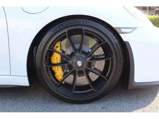 鍛造20インチブラックアルミホイール!タイヤはミシュラン「パイロットスポーツ カップ2」で、サイズは前:245/35ZR20 91Y、後ろ:305/30ZR20 103Y!