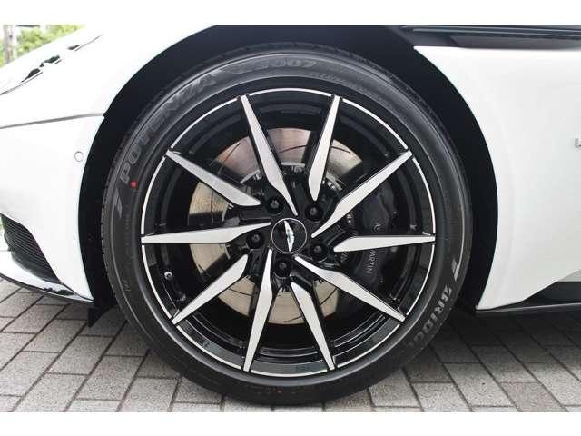 オプションの10SPKディレクショナルグロスブラックDTホイールが足元を飾ります。