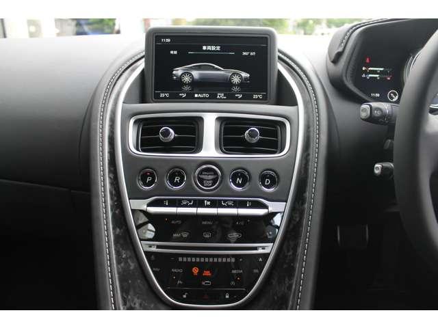 スタータースイッチはダッシュパネル中央にあるボタン。「N」「D」「R」「P」といったドライブセレクターも、スタータースイッチの両サイドに位置します。