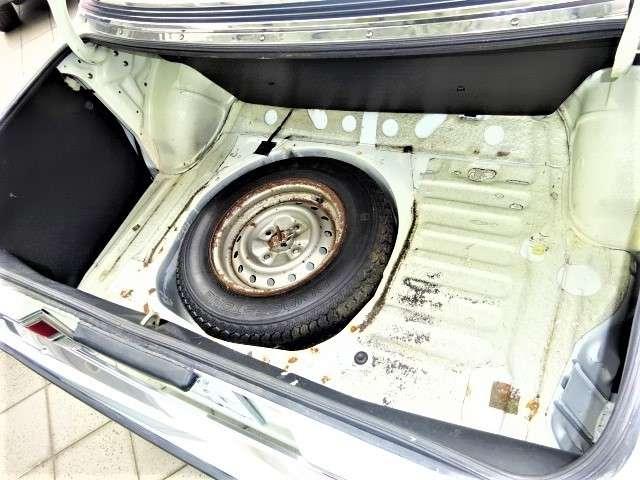 トランク内マット及びゴムのとめ蓋は水がたまるのを防ぐ為に外して展示しています。