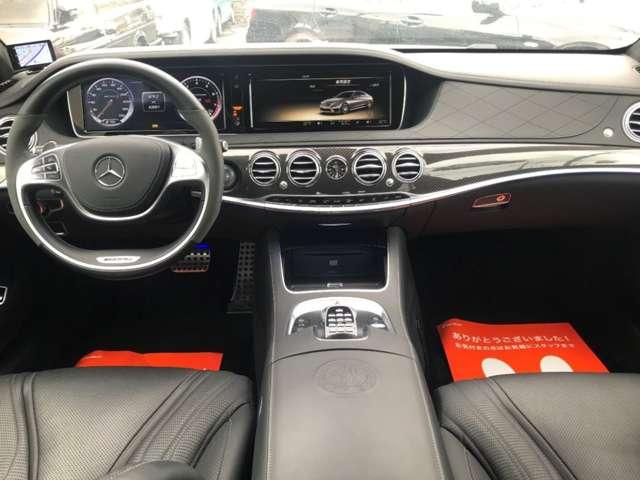 オプションのカーボンファイバートリムとAMGパフォーマンスステアリングが装着され、スポーティーに彩られるセットオプションAMGカーボンファイバーパッケージ!スポーティーかつ高級感がある内装です。