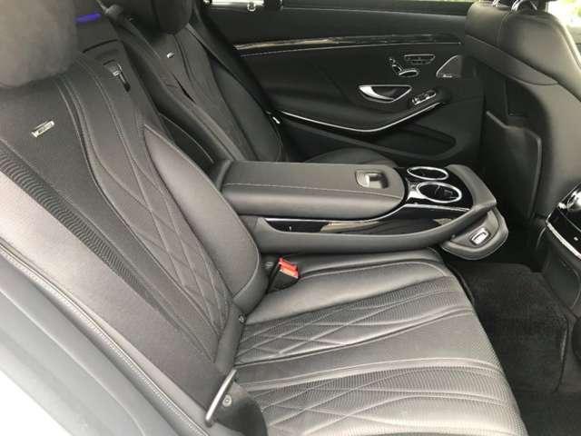後席シートバックは電動可倒式。アームレストなどにもヒーターが備わる「シートヒーター・プラス」が標準。