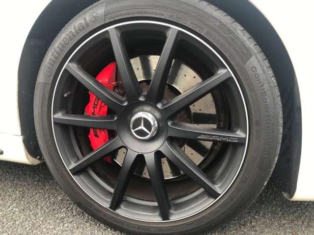 AMG S63ダイナミックパッケージ専用マットブラック20インチ10スポークアルミホイール(鍛造)を装備し、AMGレッドキャリパーで足回りもブラック&レッドのコントラストを際立たせています。