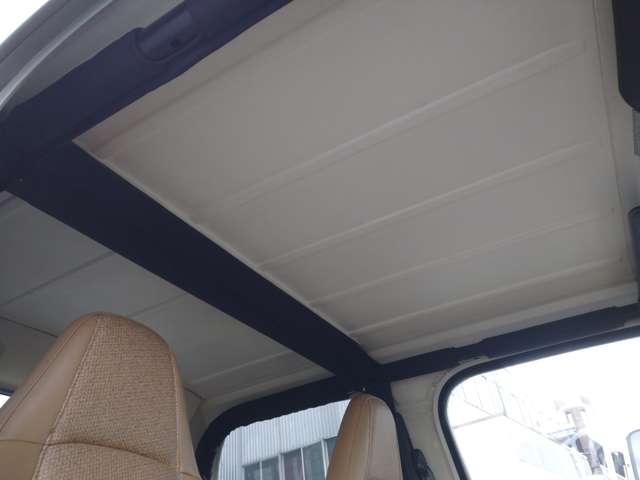 天井も綺麗です。ハードトップ(天井)は取り外し可能です。