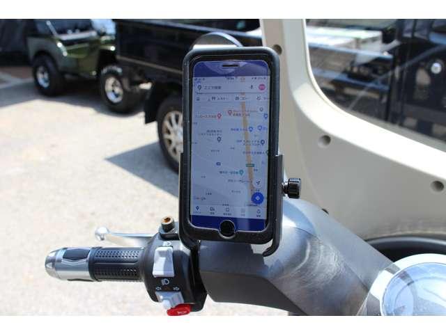 オプションでスマホホルダーも装着可能!Bluetoothと連動で搭載のスピーカーから音声を聞くことが可能です!!