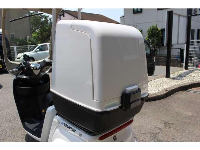 盗難防止ロック付き専用車載BOX(110リットル)自社専用の車載BOXをご利用の際は専用取付金具をご用意しております。EVの3輪デリバリーバイク・リバース機能付き