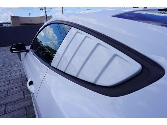 リアウィンドウにはウィンドウルーバーが装着されておりますので、よりスポーティーに、マッスルなイメージのお車となっております!取り外しも可能ですのでご相談ください!